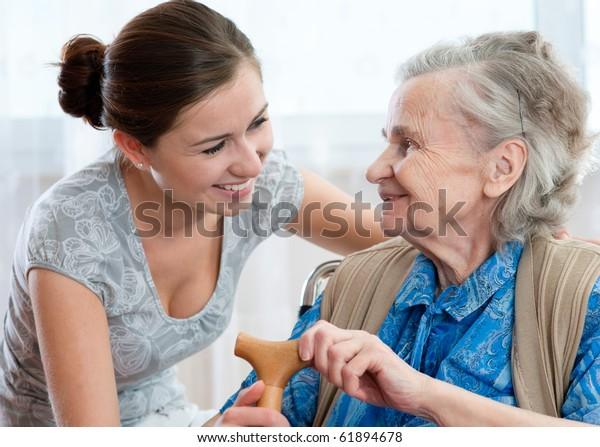 Seniorin mit ihrer Heimbetreuung