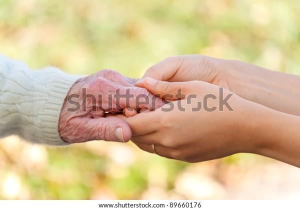 Senioren und Jugendliche, die Hände außerhalb
