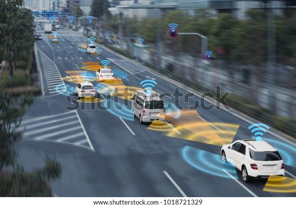 Система зондирования и беспроводная сеть связи транспортного средства. Автономная машина. Машина без водителя. Самоуправляемое транспортное средство.