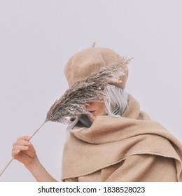 Sensual stylische Details des täglichen Erscheinens. Das Modell trägt beige beigefarbene Kleidung. Beret und Schal. Trendy minimalistischer Stil. Gesamte beige Ästhetik. Fashion Look Buch. Warme Herbstsaison