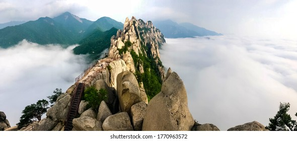 Seoraksan's spectacular Ulsanbawi rock formation in Korea has six granite, quartz and mica peaks that rise as high as 873 meters, covering an area 4 km in circumference.