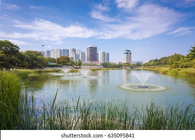 Seoul city and Lake in the park, Olympic park in Korea.