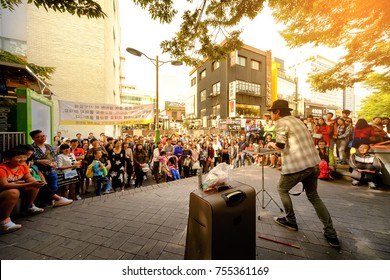 SEOUL, KOREA - OCTOBER 4, 2015 : Hongdae shopping street, Unidentified actors show off tourist to watch the show. This area is very fun, neighbourhood is must when traveling.