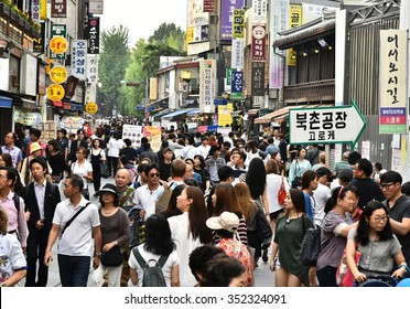SEOUL, KOREA - SEPTEMBER 20, 2015: Shopping Crowd in Insadong District