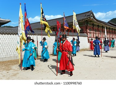 SEOUL, KOREA-SEPTEMBER 27, 2017: Change of the guards ceremony at Gyeongbokgung Palace.Ceremony is held every hourly from 10am to 4pm in front of the Gwanghwamun Gate Heungnyemun Gate