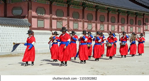 SEOUL, KOREA-SEPTEMBER 27, 2017: Change of the guards ceremony at Gyeongbokgung Palace.The guards wear royal uniforms, carry traditional weapons and play traditional instruments.