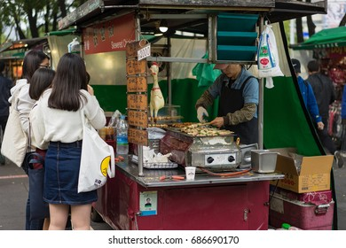 SEOUL, SOUTH KOREA, OCTOBER 28th 2016. The local are gathering at the food stall, beside main road. There are many food stalls along roads in the city, selling delicious street food.