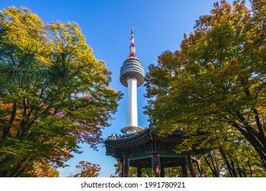 torre de seúl y hojas coloridas en seúl, corea del sur en otoño