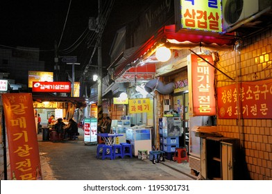 SEOUL,SOUTH KOREA-NOVEMBER 09,2015: Small outdoor restaurant in narrow alleyway in the Haebangchon district.