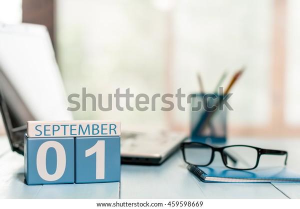 1 de septiembre. Día 1 del mes, concepto Volver a la escuela. Calendario sobre los antecedentes laborales de los profesores o estudiantes. Hora del otoño. Espacio vacío para texto