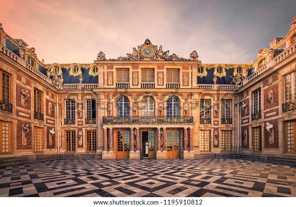 Septiembre de 2018 - Versalles, Francia - Fachada del Palacio Versailles cerca de París