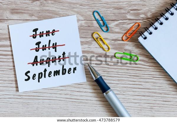 Concepto de comienzo y fin de verano de septiembre escrito en el billete sobre los antecedentes laborales. Junio, julio, agosto en huelga