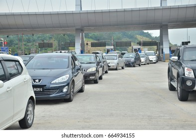 Seremban, June 22, 2017. Congestion occurs on the highway due to the addition of vehicles during the festive season.