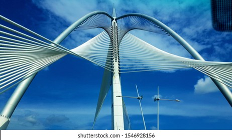 Seri Wawasan Bridge is one of the main bridges in the planned city Putrajaya. This futuristic asymmetric cable-stayed bridge with a forward-inclined pylon has a sailing ship appearance.
