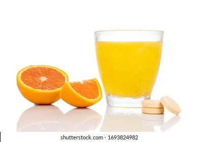 Série de tablette effervescente de vitamine c aromatisée à l'orange, déposée et dissoute en verre d'eau sur fond blanc
