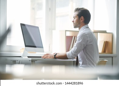 Serious broker concentrating on looking through online financial data