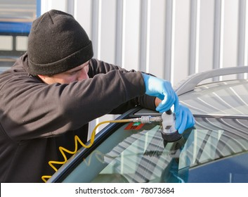 service agent  repairs dangerous crack in windhield on location without replacement glass for free, Smart repair