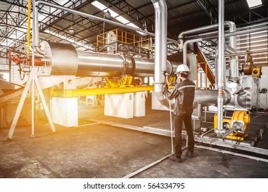 Service Engineer working at manufacturer