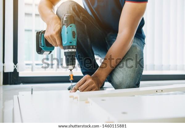 Service-Mann Montage Möbel für den Kunden, Lieferung Service Möbelgeschäft und Montage für den Käufer.