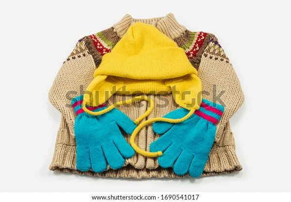 set-childrens-knitted-clothes-consisting
