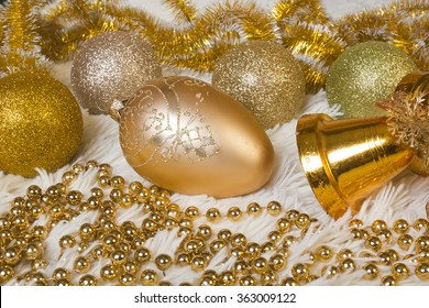 A set of Christmas balls of golr and yellow.