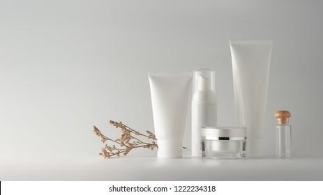 Set von Kosmetikprodukten auf Farbhintergrund. Kosmetische Packungskollektion für Creme, Suppen, Schäume, Shampoo.Natürliches Schönheitsleeretikett für Branding-Mock-up-Konzept.