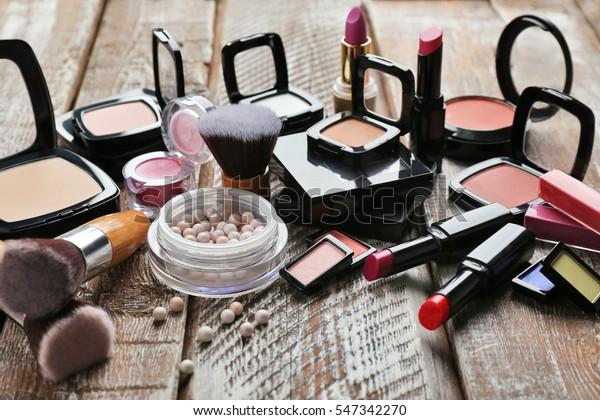 木のテーブルの上に化粧品をセット