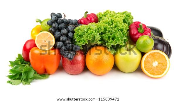 Reihe verschiedener Obst- und Gemüsesorten einzeln auf weißem Hintergrund