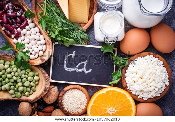 カルシウムが豊富な食品のセット。トップビュー