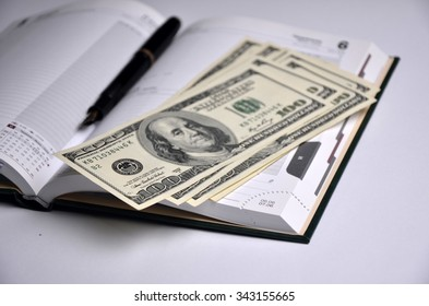 Set men: Notepad, pen, money on white background