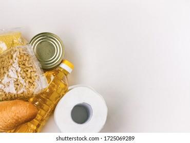 conjunto de productos necesarios en periodo de cuarentena, cereales, pan, aceite de girasol, alimentos enlatados, pasta y papel higiénico, ayuda gratuita, fondo blanco
