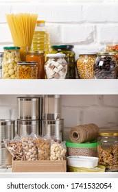 Ensemble d'aliments non périssables sur l'étagère sur fond de mur de briques