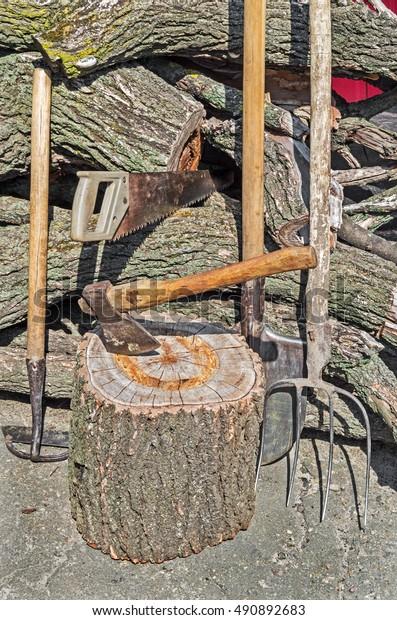 set-old-rural-tools-on-600w-490892683.jp