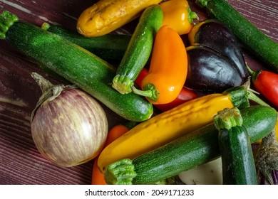 un ensemble de petits légumes méditerranéens sur des planches de bois