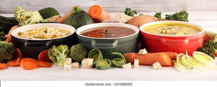 Set von drei Suppen aus der weltweiten Küche, gesundes Essen. Brot mit Nudeln, Rindfleischsuppe und Brot mit Knochenmark-Knödel. Alle Suppen mit gesundem Gemüse.