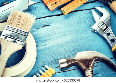 Set verschiedener Werkzeuge auf blauem Holzhintergrund. Bau- und Renovierungskonzept mit Kopienraum