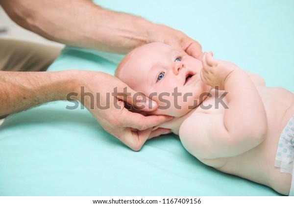 Siedem miesięcy chłopiec głowa manipulowane przez osteopatyczny manualny terapeuta lub lekarz