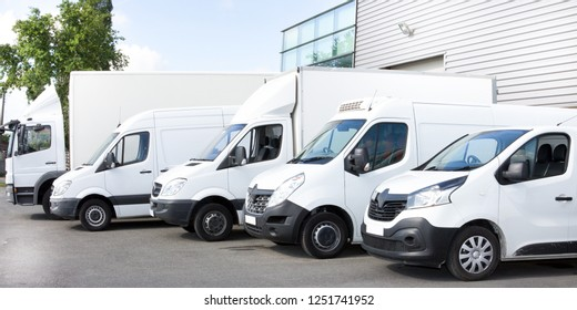Verschiedene Autos, die Lastkraftwagen parken auf Parkplatz für Miete oder Lieferung