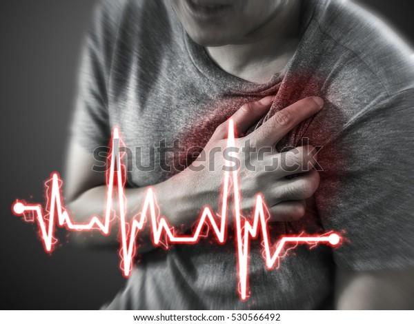 Těžké zármutek, člověk trpící bolestí na hrudi, s infarktem nebo bolestivými křečemi, tlačí na hrudi s bolestivým výrazem.