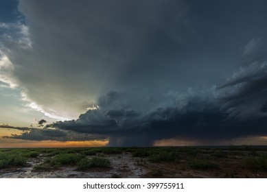 A severe-warned thunderstorm storm near Carlsbad, New Mexico