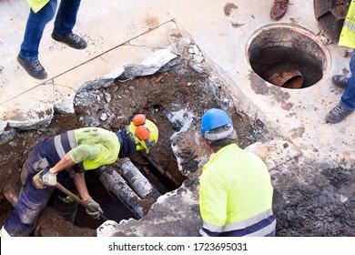 Abwasserarbeiter für die Reinigung und Reparatur von Abwasserleitungen in Baustellen