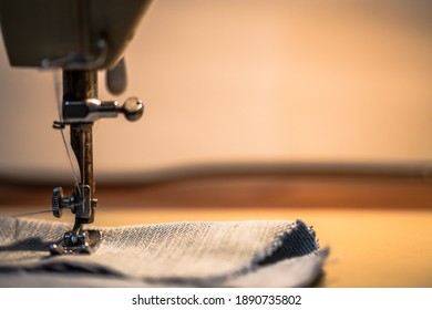 Sewing machine, homework, insulation, sewing masks to protect against the corona virus pandemic