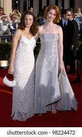 Sex and the City stars KRISTEN DAVIS (left) & CYNTHIA NIXON at the 8th Annual Screen Actors Guild Awards in Los Angeles. 10MAR2002.  Paul Smith / Featureflash
