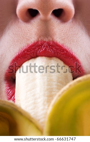 Big Junges Mädchen, das Banane saugt