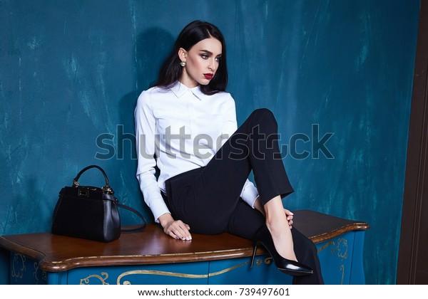 セクシーな美女のダークブルネットの髪型は、服を着たズボンの上着のトレンドアクセサリーが、完璧なボディモデルファッションオフィススタイルのビジネスマン、自然な美しさのカジュアルな絹のテクスチャーデザインフォーマル。