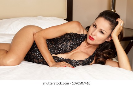 Sexy black lingerie woman with fitness body on bed - ethnic beau