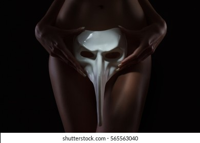 Sexy body nude woman with a carnival mask. Naked sensual beautiful girl. Artistic photo.