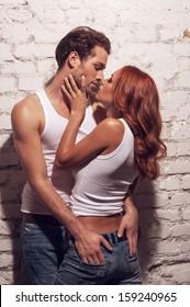Sexy Paar küsst. Während Mann berührt Mädchen Arsch