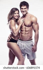 sexy Paar, muskulöser Mann mit einer schönen Frau einzeln auf weißem Hintergrund