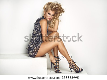 603a75116fec Sexy Elegant Woman Posing Dress Stockfoto (Jetzt bearbeiten ...